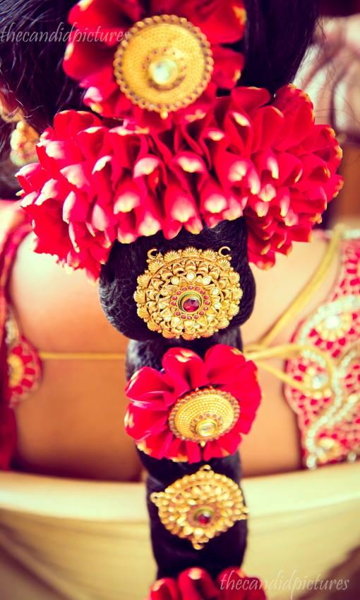 brides-essentials_red-saree_pellipoolajada_hairstyle_indianbride