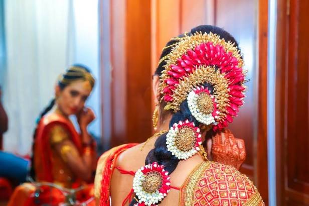 brides-essentials_red-saree_pellipoolajada_hairstyle_indianbride-jpg9