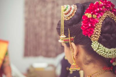 Andal Kondai The Iyengar bride wears the quintessential  bun on one side of the hair parting and has accessorized it with flowers and gold ornaments called the Andal Kondai. It is indeed lovely to watch south Indian brides carry it out in an exquisitely elegant manner.
