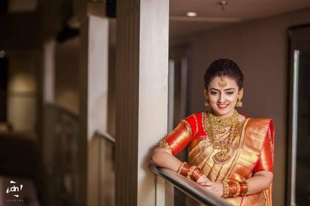 Gold saree, Red border