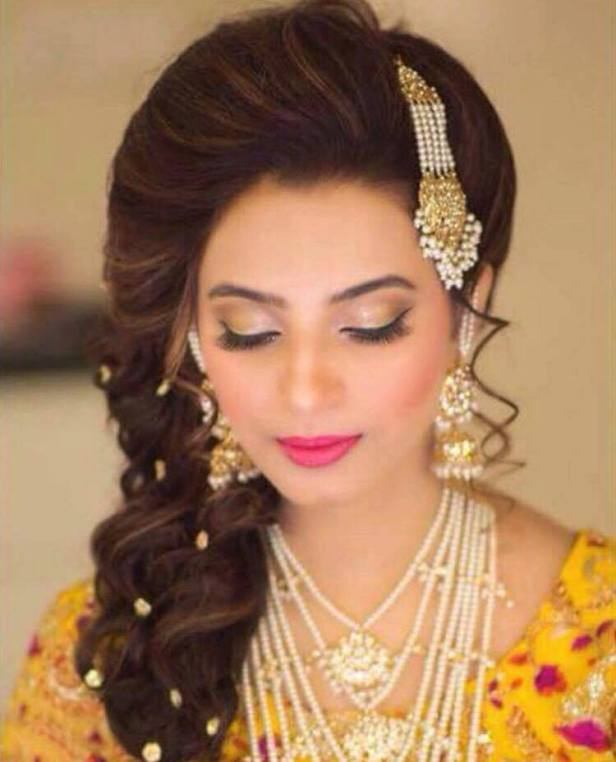 Flaunt Your Tresses With Gracious Me - Hair Extensions Whether you are spending a cosy intimate evening at home or heading out for a party, you want to look your best without stressing much about your tresses. A perfect dress and make up are just not enough. To complete the look, you need to sport a perfect hairstyle.