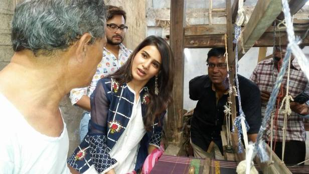 Samantha speaking to Siddhipet weavers